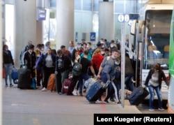 Сезонные рабочие на вокзале в Дюссельдорфе, Германия, 9 апреля 2020 года. Фото: Reuters