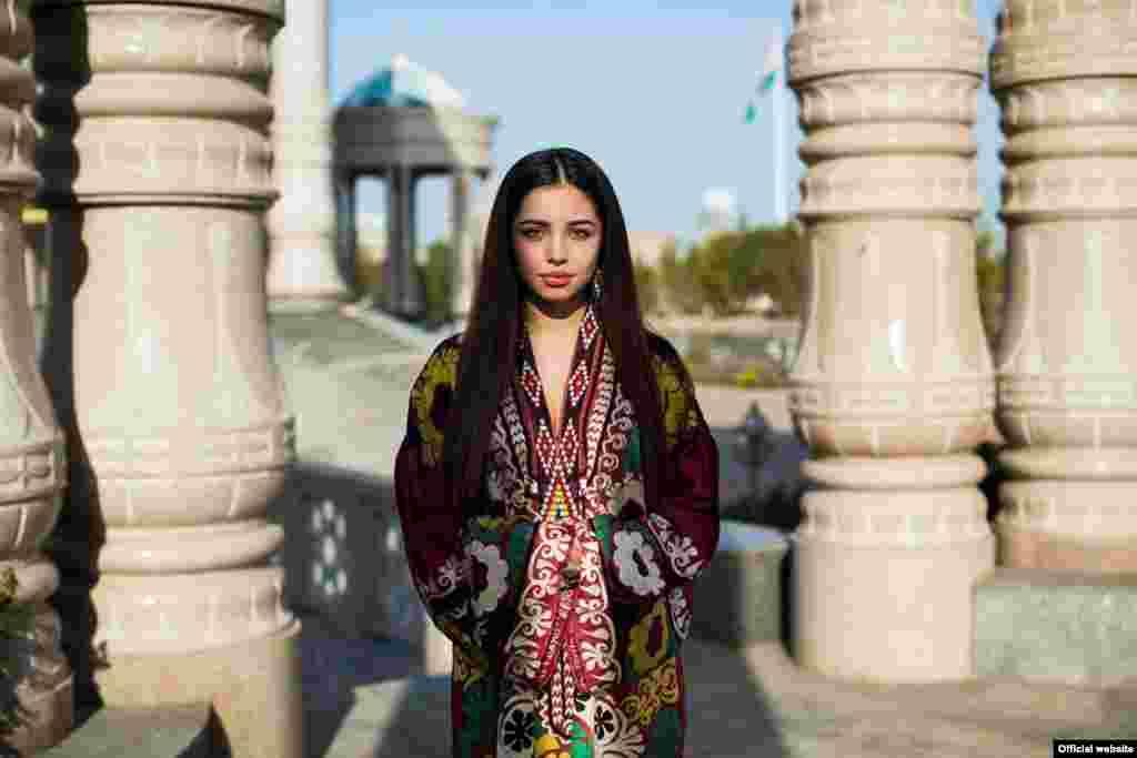 """Девушка из Душанбе, Таджикистан,фотопроект """"Атлас красоты"""" (Atlas of Beauty) Микаэлы Норок (Mihaela Noroc)"""