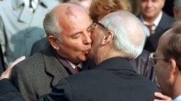 Председатель Верховного совета СССР Михаил Горбачев и председатель Госсовета ГДР Эрих Хонеккер на церемонии, посвященной 40-летию основания ГДР в Восточном Берлине, 6 октября 1989 года