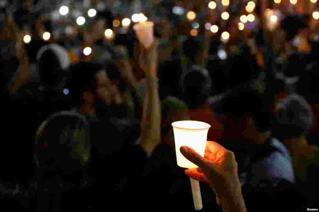 Почти за три года протестов, по официальным данным, в столкновениях с полицией погибли не менее 70 человек. На фото – жители Каракаса на мемориальной церемонии в честь погибших во время уличных протестов