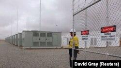 Рабочий у ворот Hornsdale Power Reserve, где установлена батарея Tesla
