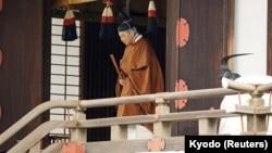 Акихито в синтоистском храме 30 апреля