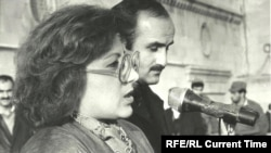 Later human-rights activists Leyla and Arif Yunus address a rally ahead of January 20, 1990.