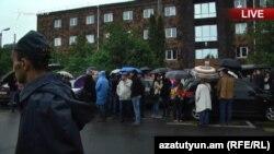Активисты в Ереване блокируют здания судов