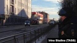 Полицейский на месте взрыва у здания ФСБ в Архангельске. 31 октября 2018 года