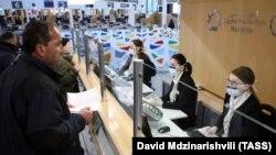 Общественные работники в центре оказания услуг в Тбилиси. 16 марта 2020 года