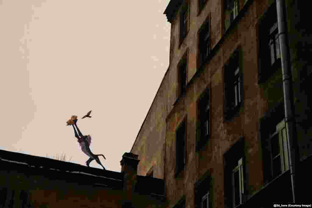 """Симбу из мультфильма """"Король лев"""" представляют миру на российской крыше. Один из членов команды сказал в интервью, что работать с персонажами из мультфильмов легче, чем с настоящими актерами"""