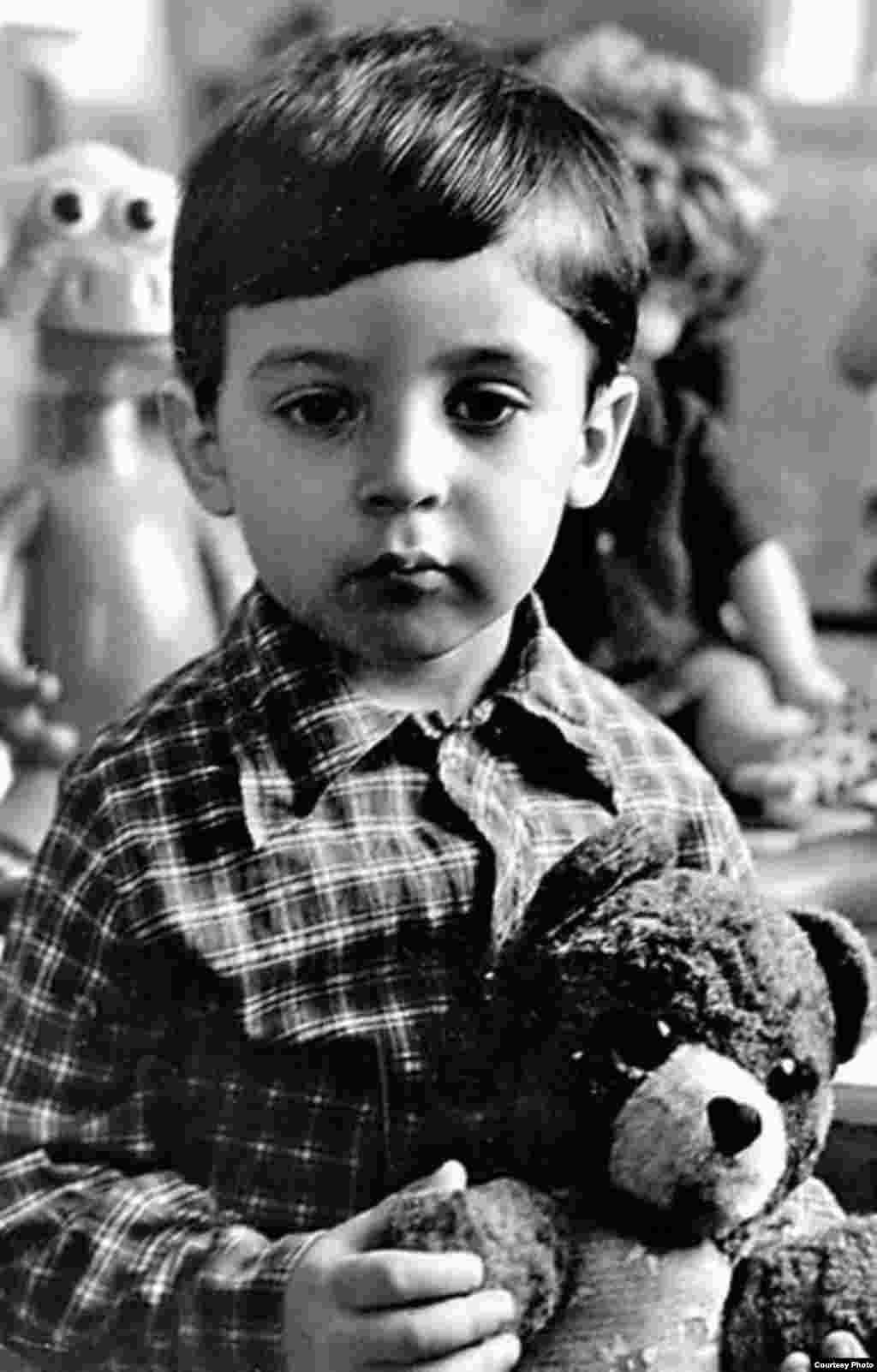 Этот очень серьезный мальчик – бывший комик и нынешний президент Украины Владимир Зеленский. Фото сделано в конце 1970-х или в начале 1980-х годов