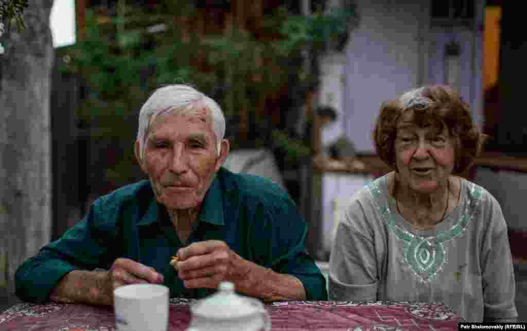 Владимир Прокопьев и его жена Герольда. В советское время она тоже работала в аэропорту, выполняла функции радиста и продавала билетыв кассе.