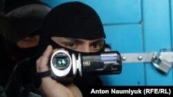 Сотрудник ФСБ во время обыска в офисе крымскотатарского адвоката Эмиля Кубердинова в Крыму