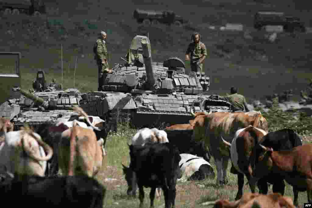 """В августе 2008 года российская армия оказалась вовлечена в конфликт между Грузией, с одной стороны, и самопровозглашенной Южной Осетией и Абхазией с другой. Конфликт перерос в войну между Грузией и Россией. На """"границе"""" до сих пор происходят различные """"недоразумения"""", в частности 10 июля 2015российские пограничники незаконно установили баннеры непризнанной Южной Осетии вблизи магистрали Тбилиси-Гори"""