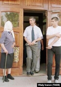 1 июля 2003 года. Вышедшего по амнистии Анатолия Быкова встречают у здания суда в Красноярске. Фото: ТАСС