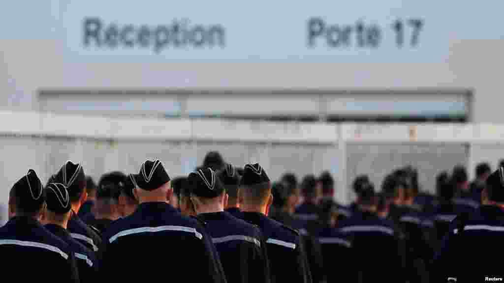 Российские моряки продолжают учебу на вертолетоносце и после заявления о приостановке его поставки. 4 сентября 2014 года