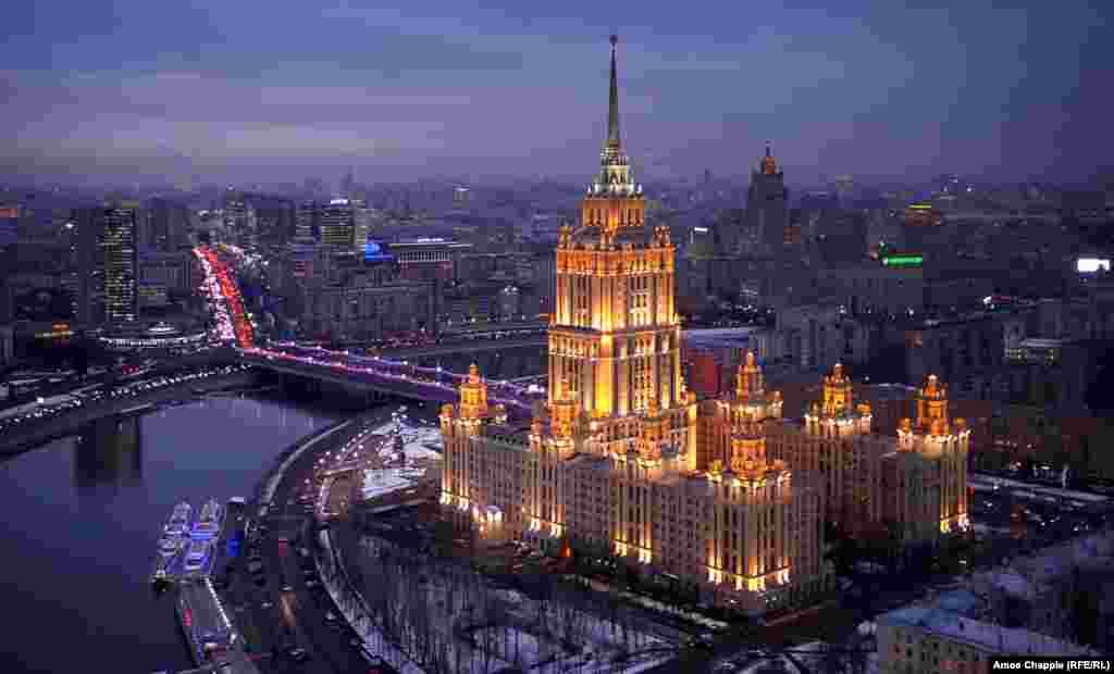 """Москва, Россия. Гостиница """"Украина"""", подсвеченная на закате. Эта гостиница – одна из легендарных """"семи сестер"""" – сталинских высоток"""