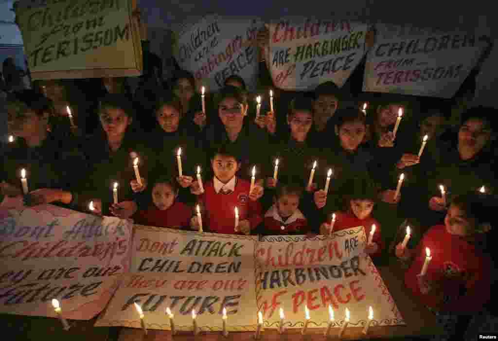 Индийские школьники держат свечи и молятся в северном городе Амритсаре 17 декабря в память о жертвах нападения Талибана на школу в Пешаваре, Пакистан.