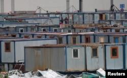 Бытовки рабочих на стройке в подмосковном Красногорске, май 2020 года. Фото: Reuters