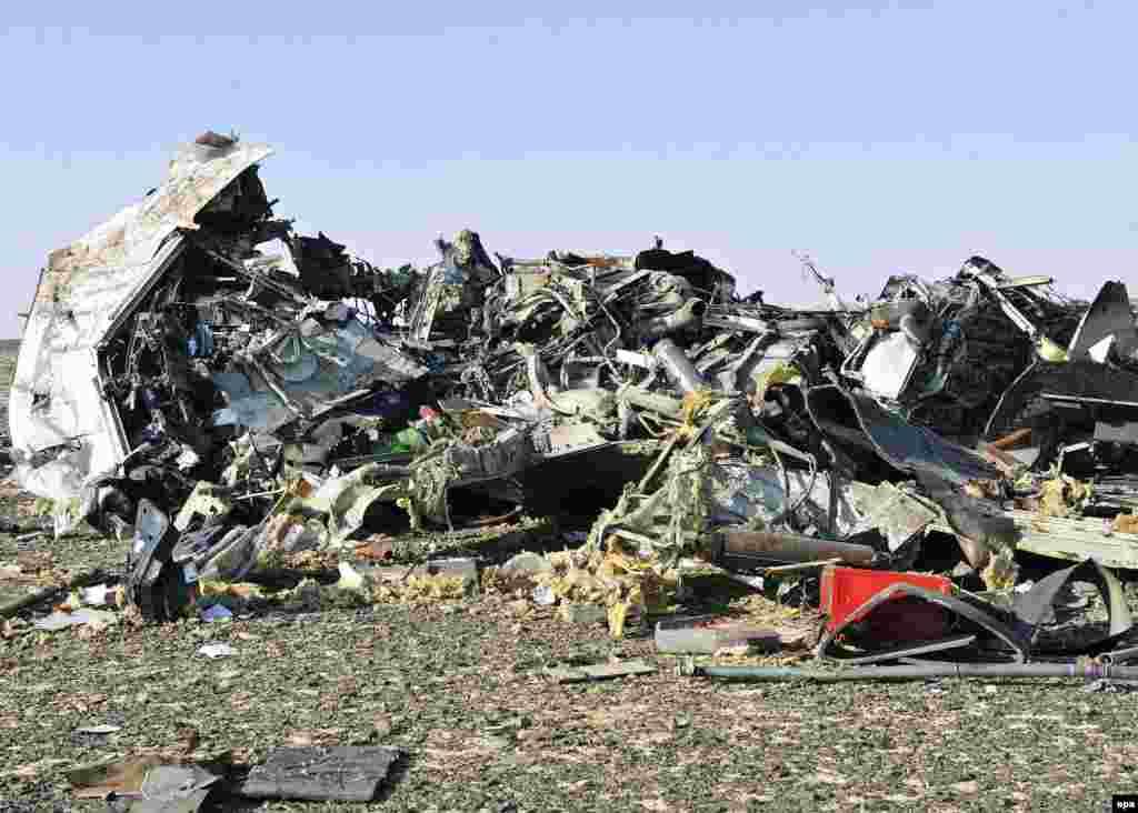 Обломки разбившегося самолета на месте крушения.