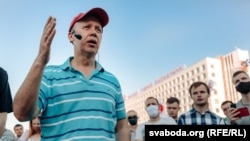 Valer Tsapkala collecting signatures in Vitsebsk, Belarus on June 8, 2020 to register his candidacy for president.