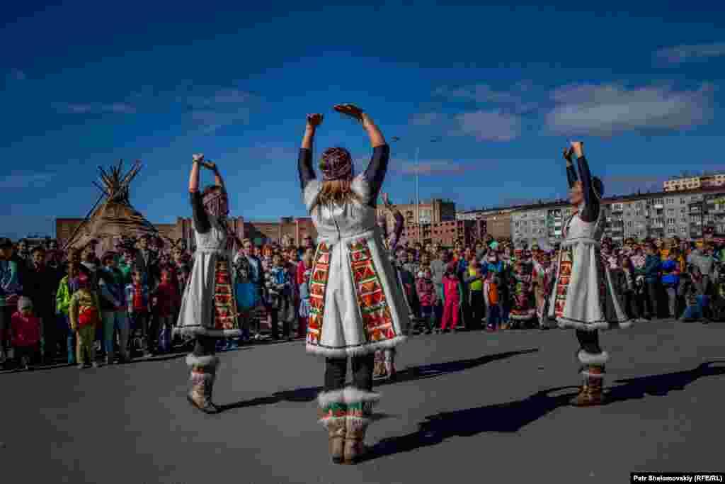 Ненцы – другой коренной народ. Они ведут кочевой образ жизни и занимаются оленеводством