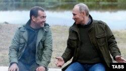Российский премьер-министр Дмитрий Медведев и президент Владимир Путин на встрече с рыбаками в Новгородской области, 10 сентября 2016