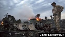 """Сепаратисты на месте крушения """"Боинга"""" МН-17 недалеко от Грабово в Донбассе"""