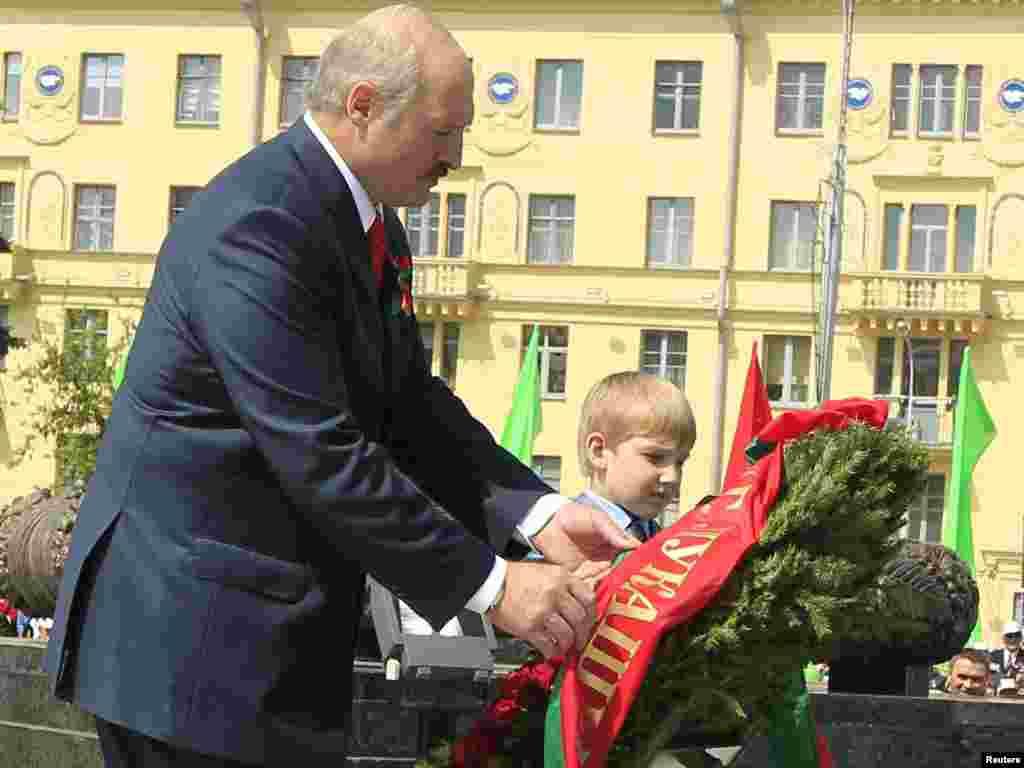 Александр Лукашенко с сыном Николаем возлагает венок на Площади Победы в Минске, 2011.