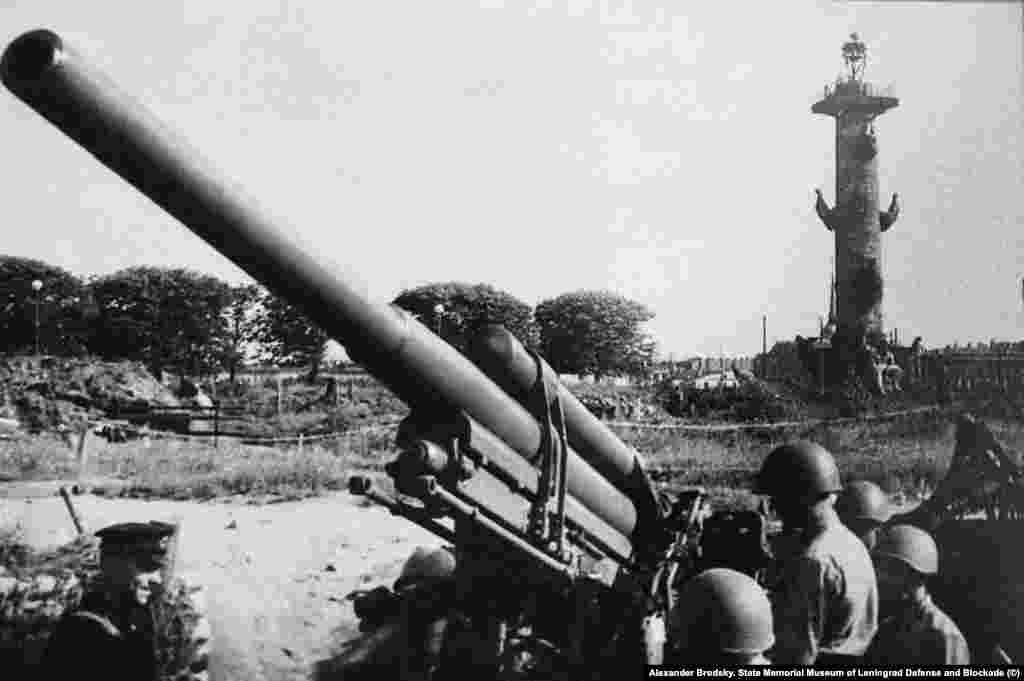 Александр Бродский. Артиллерийская позиция в сквере на Стрелке Васильевского острова. 1942 год