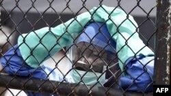Либерия: сотрудник Центра по лечению Эболы охраняет вход в клинику. Октябрь 2014 г.