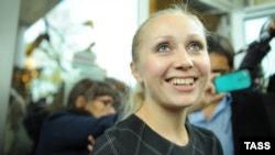 Ирина Хрунова (адвокат Екатерины Самуцевич) возле здания Мосгорсуда 10 октября 2012 года. Фото: ТАСС