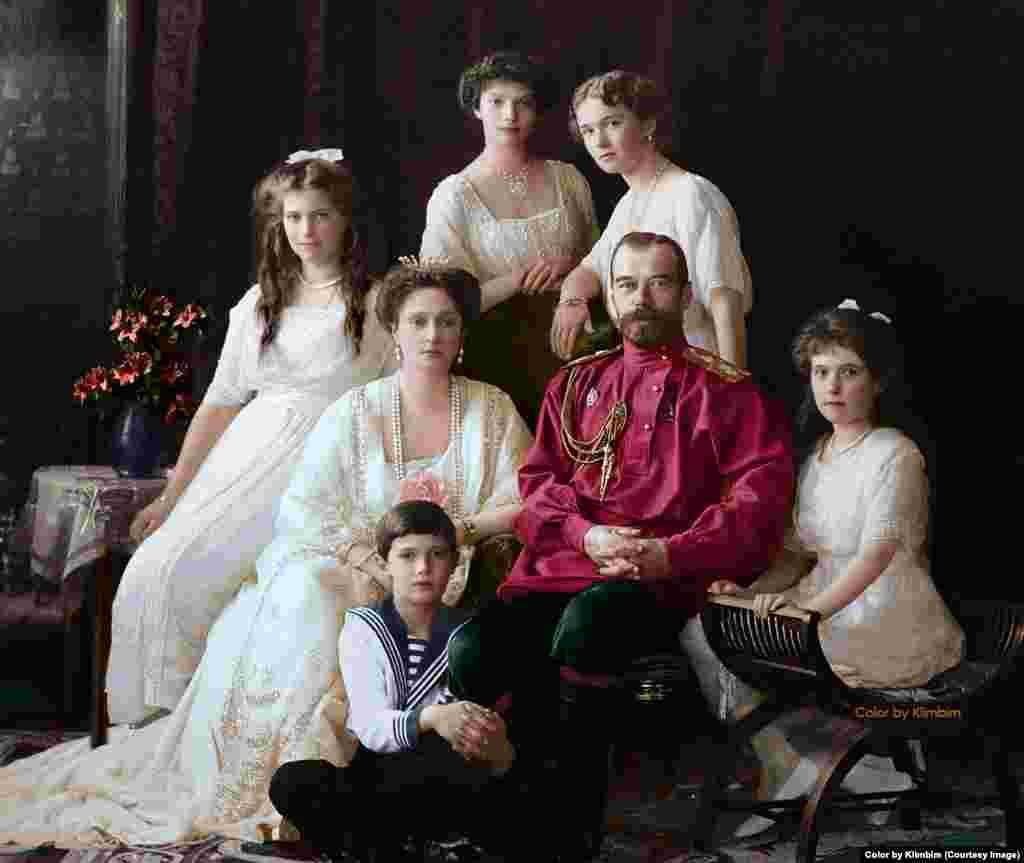 С яйцами Фаберже также ассоциируется семья Николая II. Николай II слыл хорошим семьянином и, как выразился один историк, был прекрасным отцом, но никудышным царем. Каждый год к Пасхе царь дарил матери и супруге ювелирные яйца.