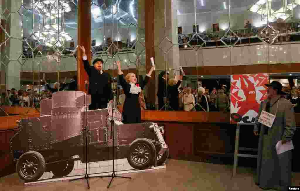 """Актеры красноярского музыкального театра во время постановки """"Красная ночь"""""""