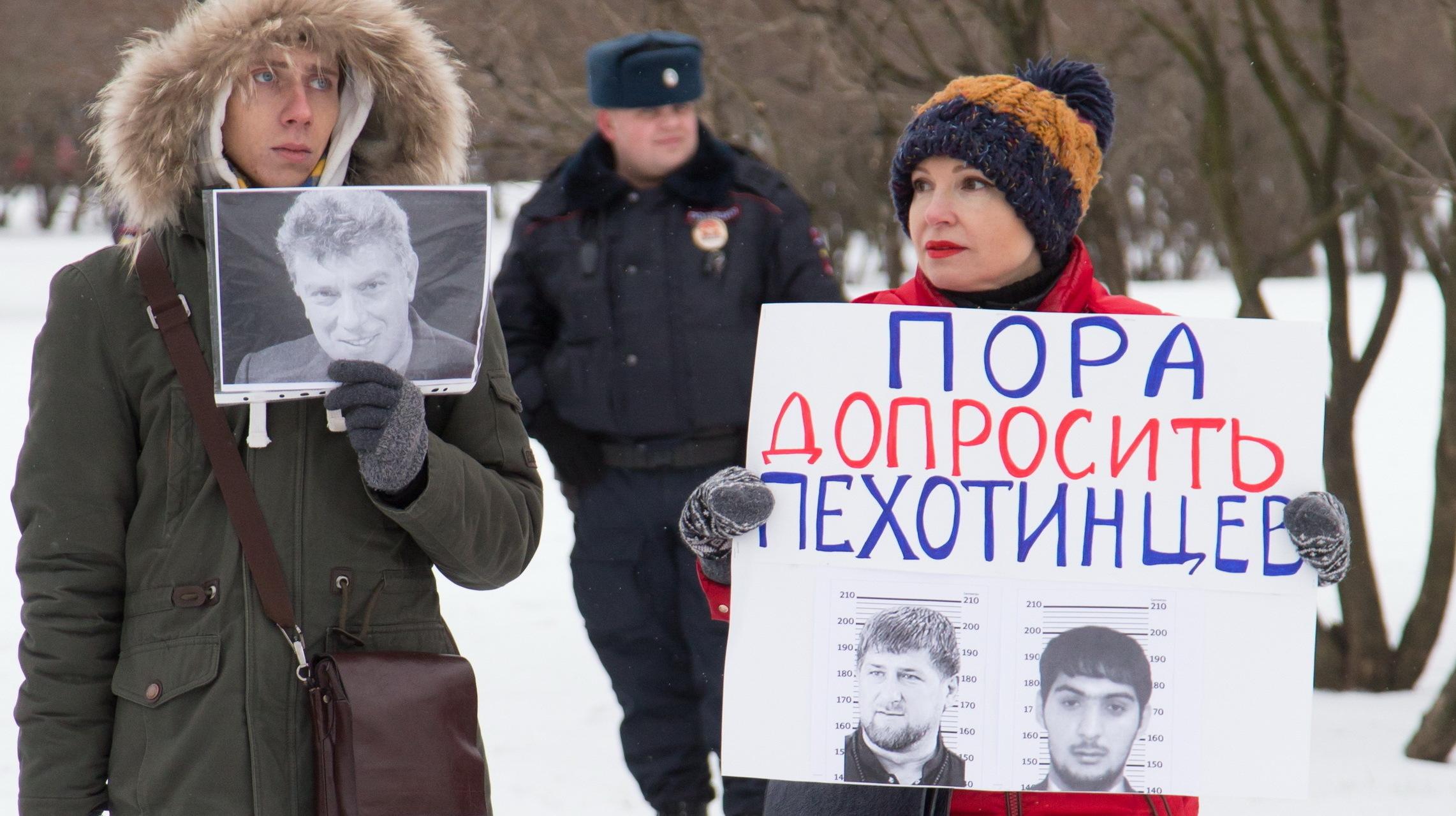Участники акции памяти Бориса Немцова в Петербурге, февраль 2017 года