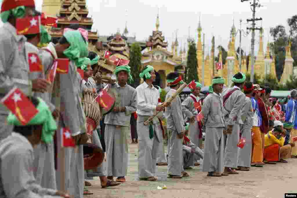 В различных провинциях Мьянмы распространены свои традиции и этнические костюмы