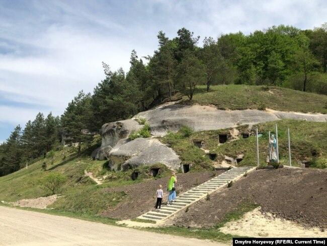"""Пещеры """"Дырявец"""" и статуя Девы Марии. Фото: Дмитрий Горевой"""