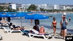 Туристы на пляже в Айя-Напе (Кипр)