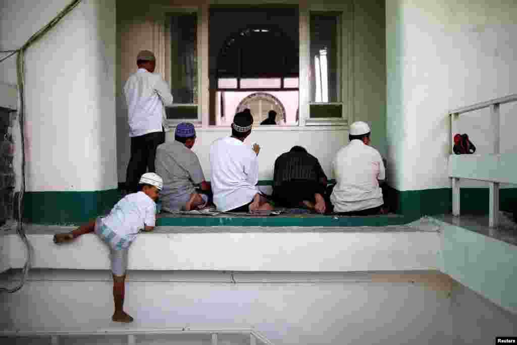 Но с окончанием Рамадана по исламскому календарю начинается новый пост месяца Шавваль На фото – индонезийский мальчик спускается со входа в мечеть в Джакарте. 10 июня, 2016