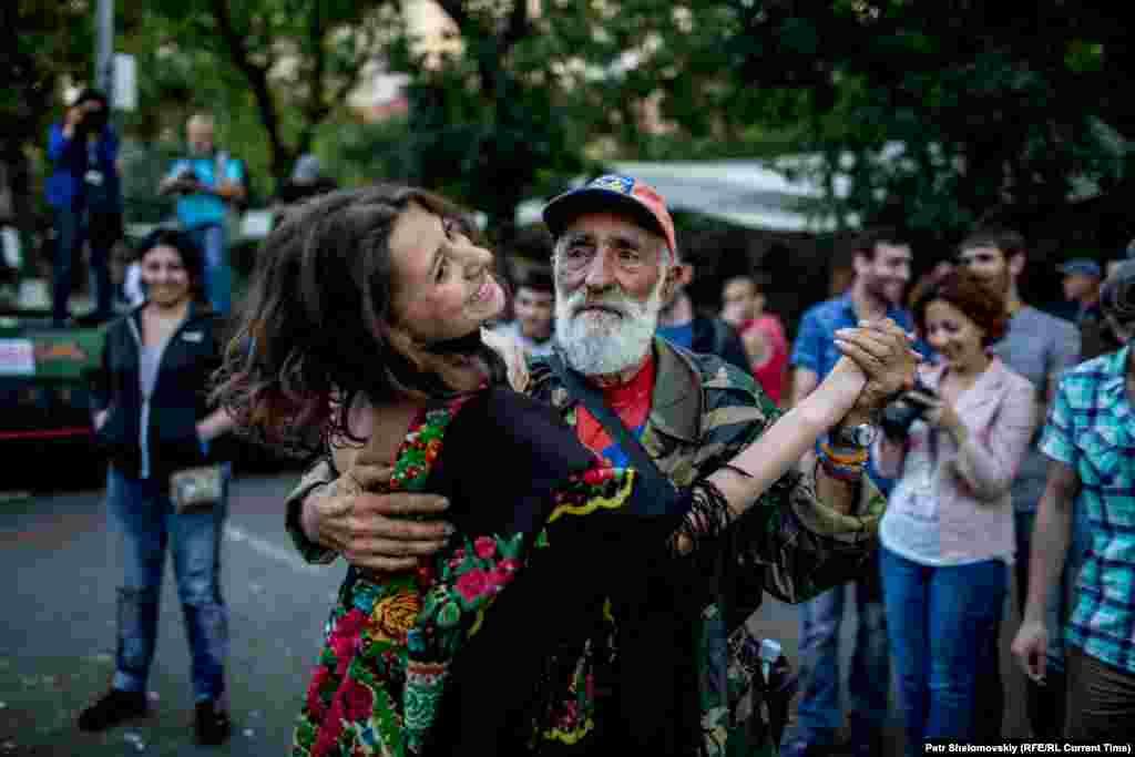 На демонстрации царит приподнятое настроение: люди занимаются спортом, танцуют и едят мороженое Фото от 27 июня с проспекта Баграмяна