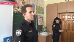 Засада в туалетах и примерка бронежилета: зачем полиция пришла в украинские школы?
