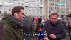 """""""Это в тюрьме так?"""" Прохожий на митинге в Москве увидел фото обыска в ФБК"""