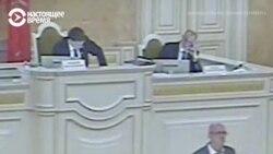 """""""Садись давай!"""" Депутату дважды отключают микрофон, когда он говорит про Навального"""