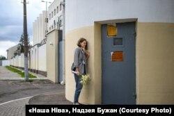 """Ольга Северинец ждет мужа возле изолятора в Минске 7 июня 2020 года. Фото: Надежда Бужан, """"Наша Нива"""""""