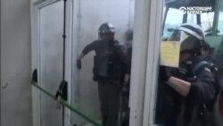 Полиция прорывается на участок для голосования в Каталонии