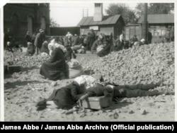 Именно за это фото, сделанное на железнодорожном вокзале в Харькове, Эббе арестовали. James Abbe/James Abbe Archive
