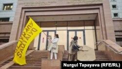 Художник Асхат Ахмедьяров и экоактивистка Алия Ахмалишева перед Домом министерств. Нур-Султан, 13 июля 2021 года