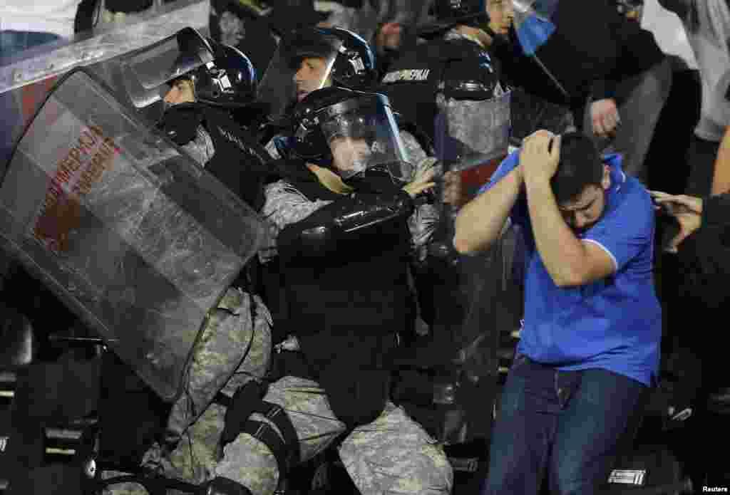 В это время на трибунах происходили столкновения сербской полиции с фанатами...