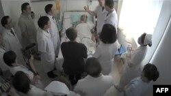 Лю Сяобо в окружении врачей, кадр видео. Дата и место съемки неизвестны