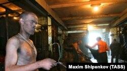 Шахтеры в раздевалке угольной шахты № 12 города Киселевска в Кемеровской области