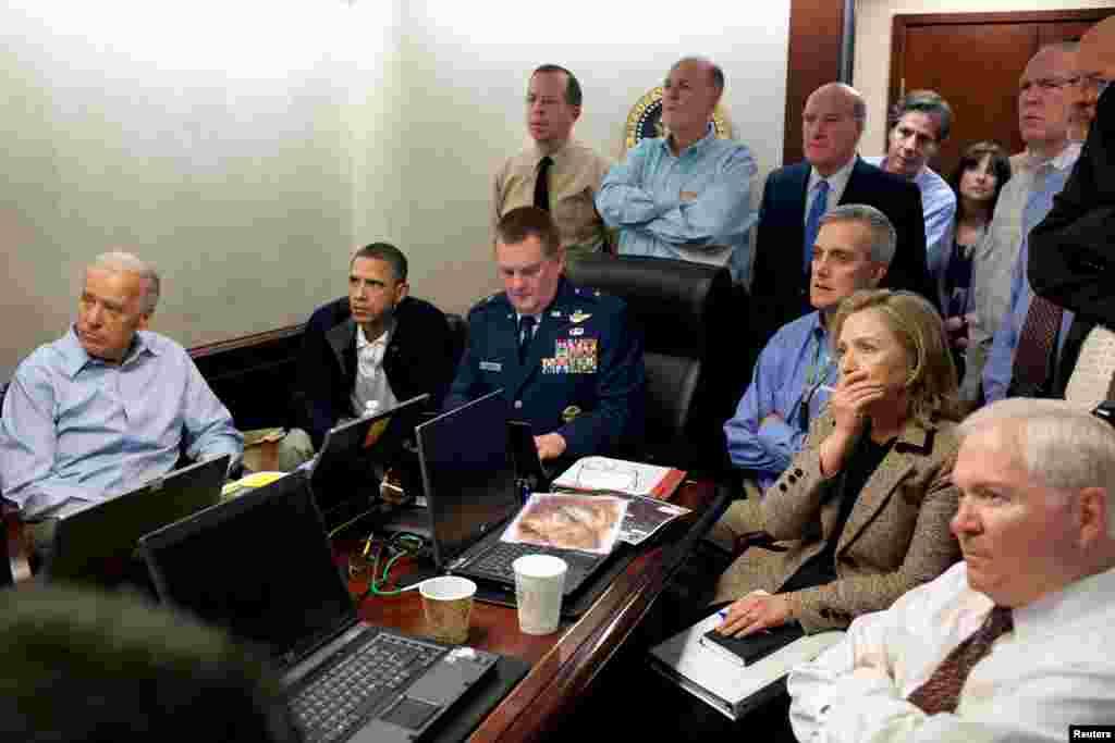 Президент и его команда по национальной безопасности в Белом доме наблюдают за сводкой действий американского спецназа во время операции по ликвидации террориста Усамы бен Ладена 1 мая 2011 года. Лидер Аль-Каеды и еще четверо человек были убиты в доме в Пакистане, где бен Ладен скрывался последние несколько месяцев.