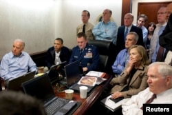 Президент и его команда по национальной безопасности в Белом доме наблюдают за сводкой действий американского спецназа во время операции по ликвидации террориста Усамы бин Ладена 1 мая 2011 года. Лидер Аль-Каеды и еще четверо человек были убиты в доме в Пакистане, где бин Ладен скрывался последние несколько месяцев