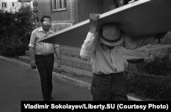 Человек в маске и человек, несущий дверь. Проспект Кузнецкстроевский 16.07.1988.